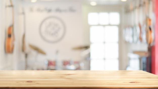 コピースペースと背景にぼやけた背景の木製テーブル、後ろに楽器