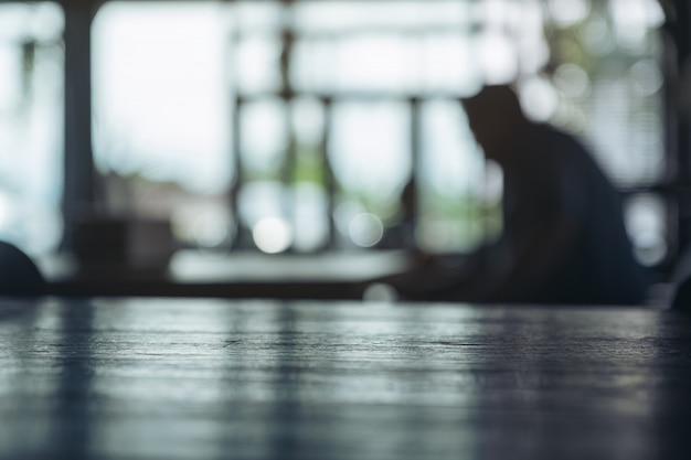 Деревянный стол с темным размытием боке абстрактный фон в кафе