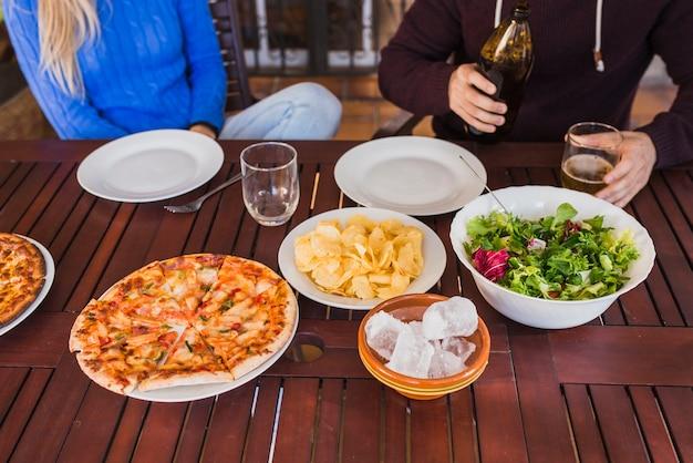 木製テーブル、皿とビール