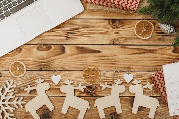 新年のお祝いの装飾、上からの眺めに囲まれたオフィス機器と文房具の木製テーブル