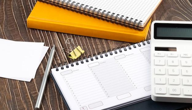 事務用品、ノート、プランナー、上面図の木製テーブル