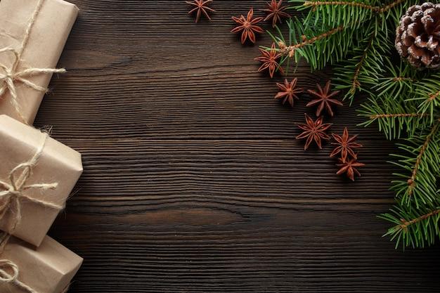 Деревянный стол с сосновыми и коричневых подарков
