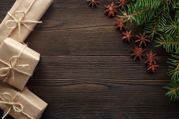 Tavolo in legno con il pino e regali