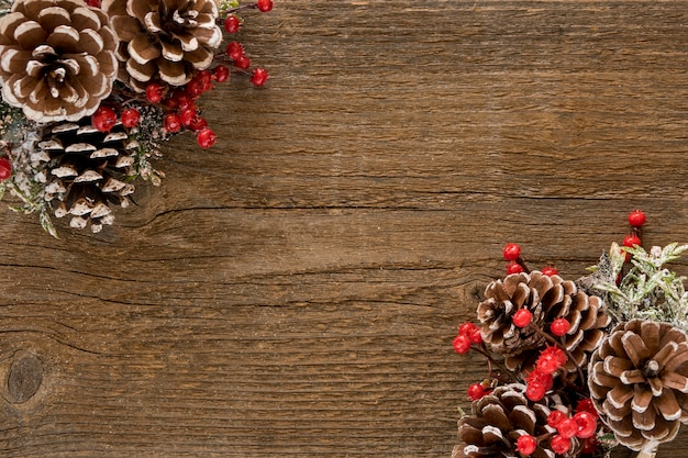 Tavolo in legno con foglie di pino e pigne