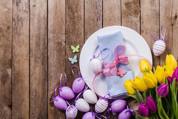 접시와 봄 장식 나무 테이블