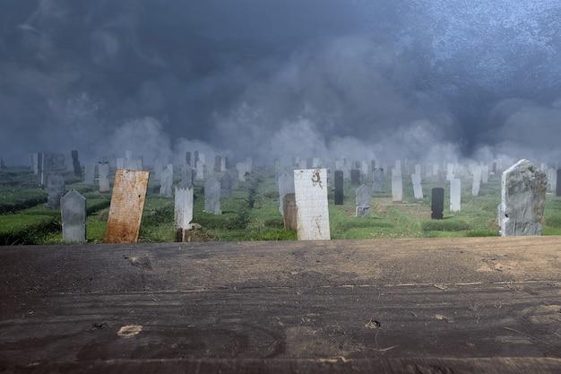 밤 장면 배경으로 묘지에 삭제 표시가 있는 나무 테이블. 할로윈 컨셉