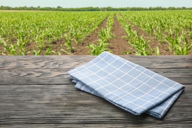필드에 대 한 수건으로 나무 테이블입니다. 농업 개념