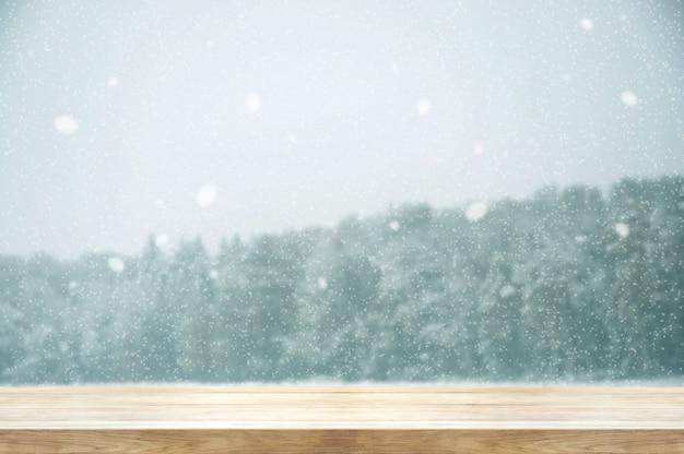 겨울 강 설 나무 테이블 덮여 숲. 빈티지 색조와 소박한 스타일.