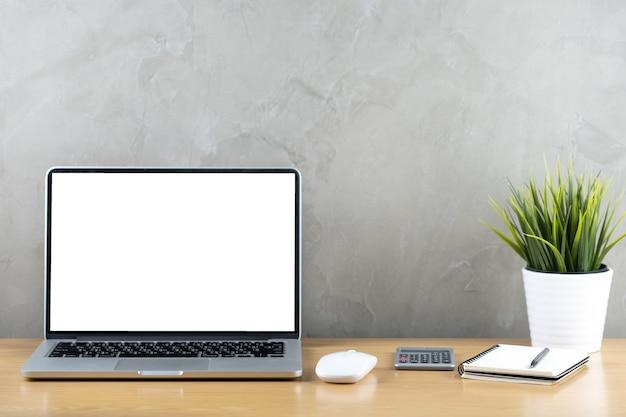 ラップトップコンピューターと自宅で木製のテーブルワークスペースオフィス
