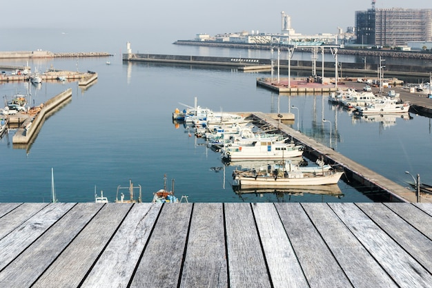 일본 부두에 정박된 어선의 나무 탁상
