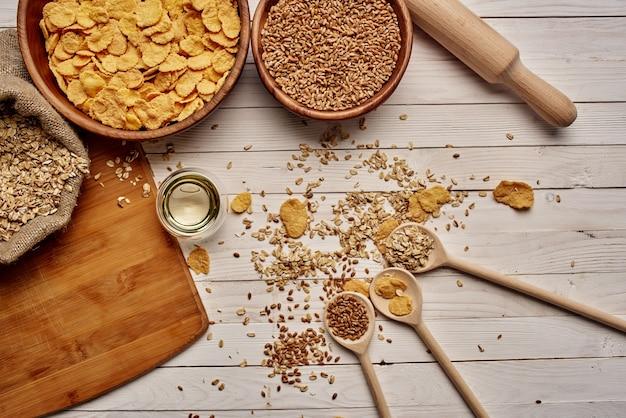 木製食器朝食食材を上から眺める。高品質の写真
