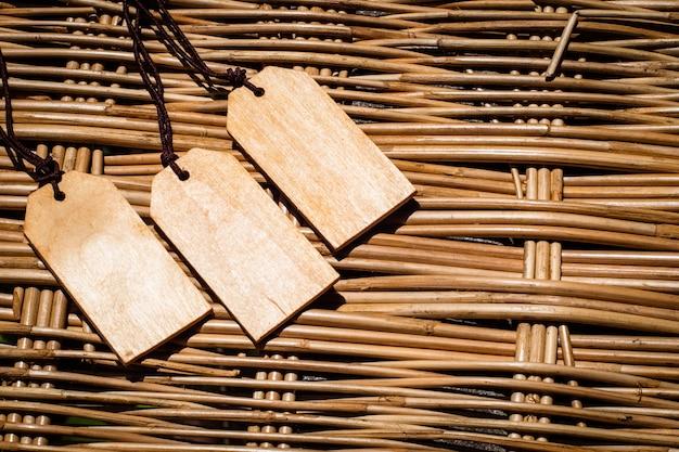 細い革コード付き木製タグ