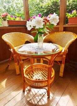 의자와 테이블이있는 목재 테라스