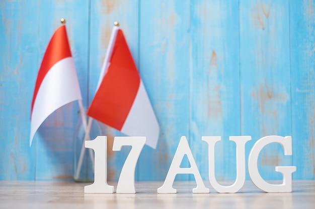 미니어처 인도네시아 국기가 있는 8월 17일의 나무 텍스트. 인도네시아 독립 기념일, 국경일 및 행복한 축하 개념