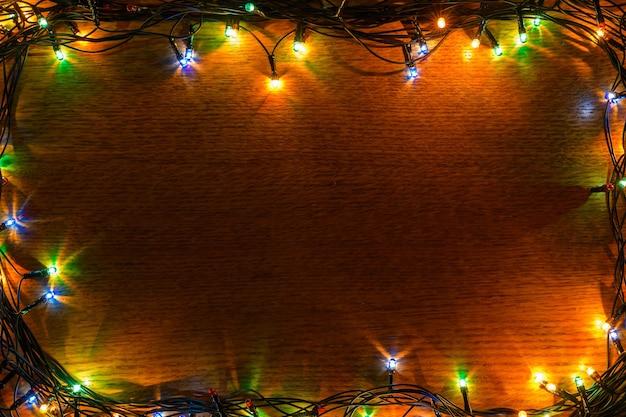 ガーランドと木製、テクスチャ、クリスマスの背景。
