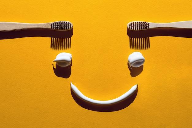 木製の歯ブラシと黄色のパスタ。