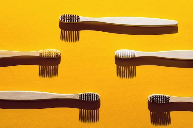 黄色の影付きの木製の歯ブラシ。