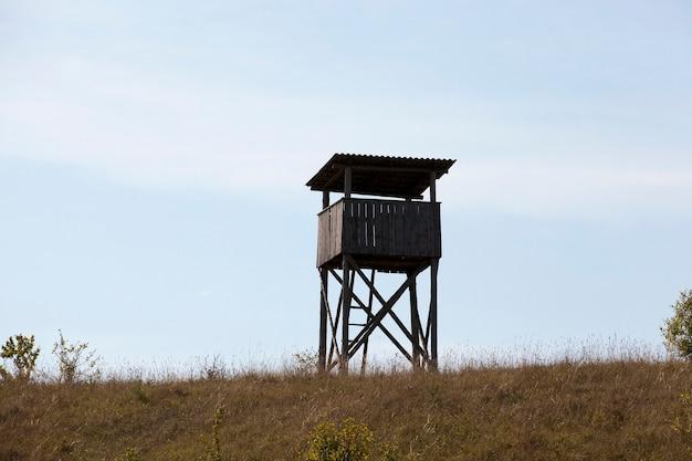 Деревянная башня, расположенная на холме.