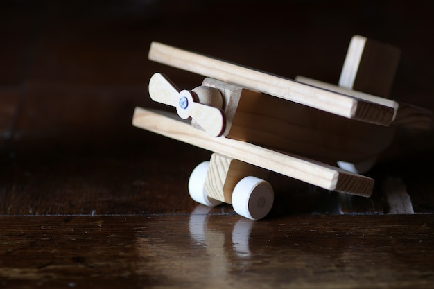 テーブルの上の木のおもちゃの飛行機