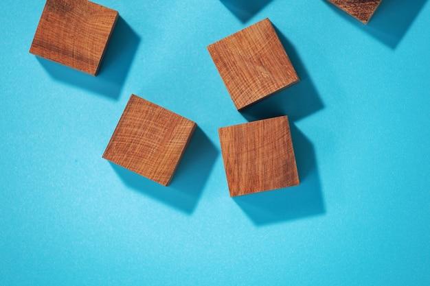 青い背景、上面図に木のおもちゃのブロック