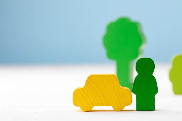 파란색 배경에 나무 장난감 건물 키트 정보