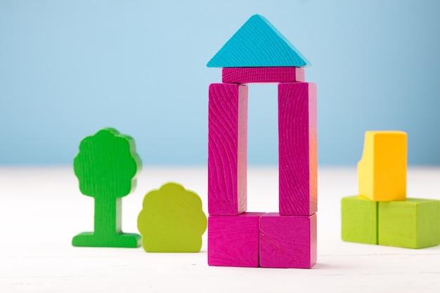 Детали набора деревянных игрушек на синем фоне