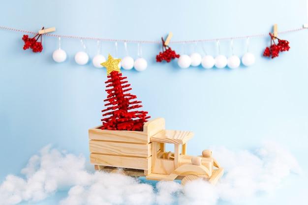 파란색 배경에 나무 장난감 크리스마스 자동차