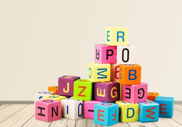 편지와 함께 나무 장난감 큐브입니다. 나무 알파벳 블록입니다.