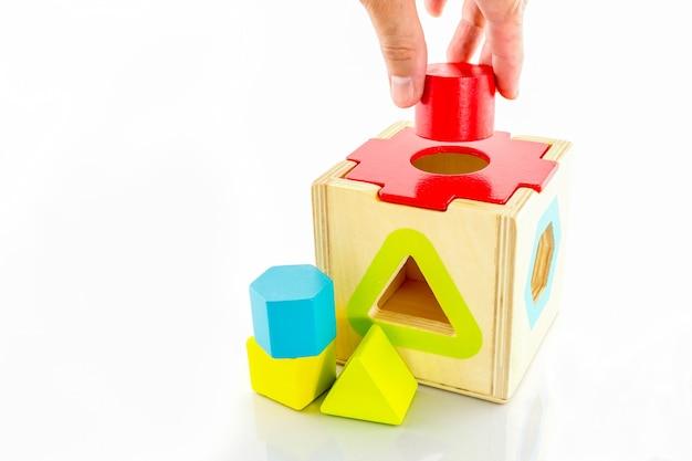 赤ちゃんのための木のおもちゃ、白い背景で隔離の子供たち