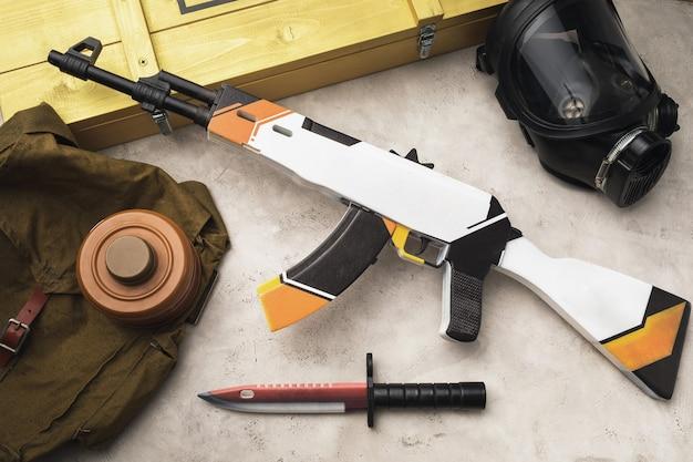 テーブルの上の木のおもちゃの機関銃と銃剣ナイフ、上面図