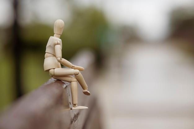 벤치에 앉아 나무 장난감 모델