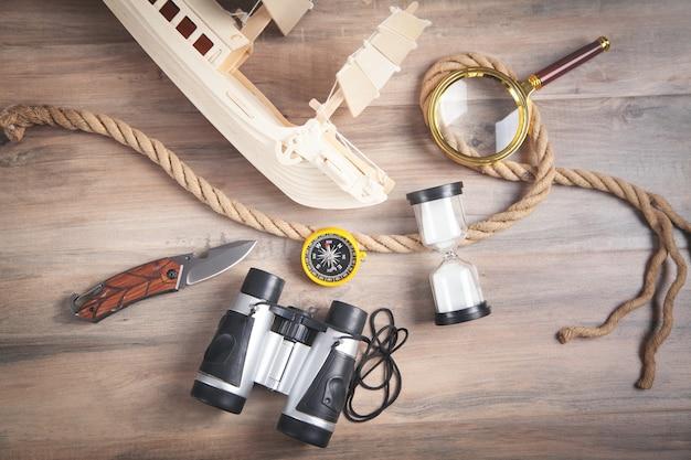 나무 장난감 배, 나침반, 로프, 쌍안경, 돋보기, 모래 시계, 칼. 여행