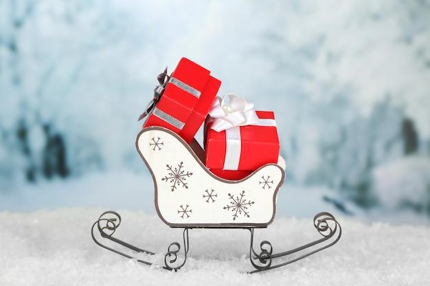 クリスマスプレゼントと木のおもちゃのそり