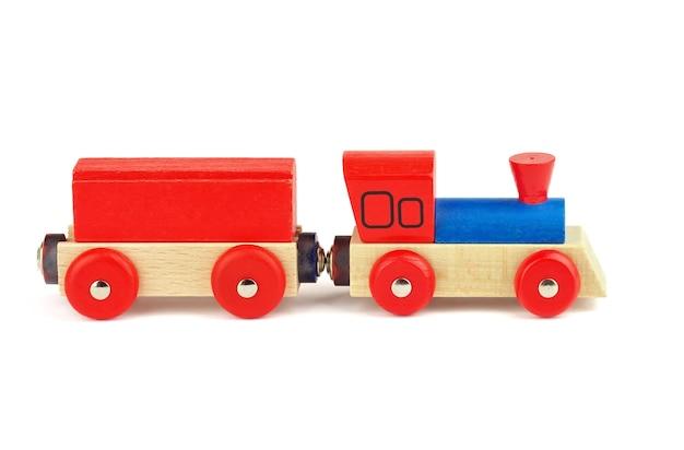 Деревянный игрушечный поезд, изолированные на белом фоне