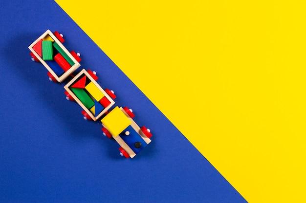 カラフルなブロックが付いている木のおもちゃの列車