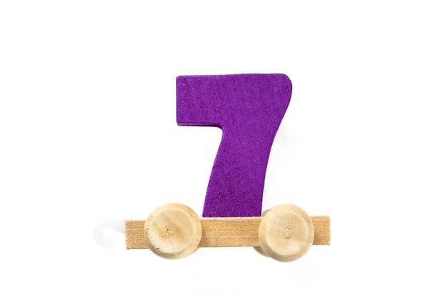 7번 트랙이 있는 나무 장난감 기차. 배우십시오, 만드십시오. 나무 숫자 7입니다. 어린이들