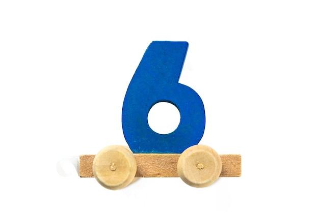 6번 트랙이 있는 나무 장난감 기차. 배우십시오, 만드십시오. 나무 숫자 6입니다. 어린이 학교 개념