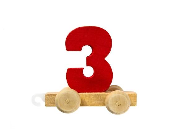 3번 트랙이 있는 나무 장난감 기차. 배우십시오, 만드십시오. 나무 숫자 3입니다. 어린이들