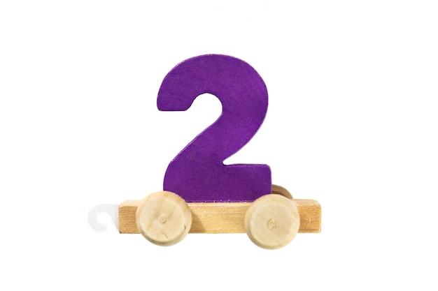 2번 트랙이 있는 나무 장난감 기차. 배우십시오, 만드십시오. 나무 두 번째입니다. 어린이