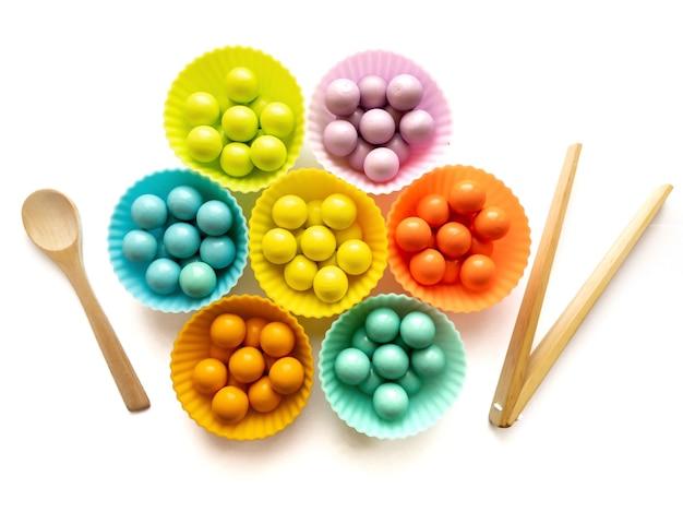 색깔별로 분류하고 소근육 운동 능력을 연구하는 나무 장난감. 아이들을 위한 교육용 장난감. 교육 개념입니다.
