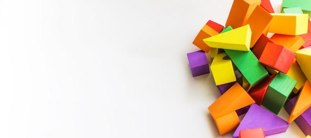 Деревянные игрушки, красочный детский конструктор на белом фоне, развлечение с малышом, развитие