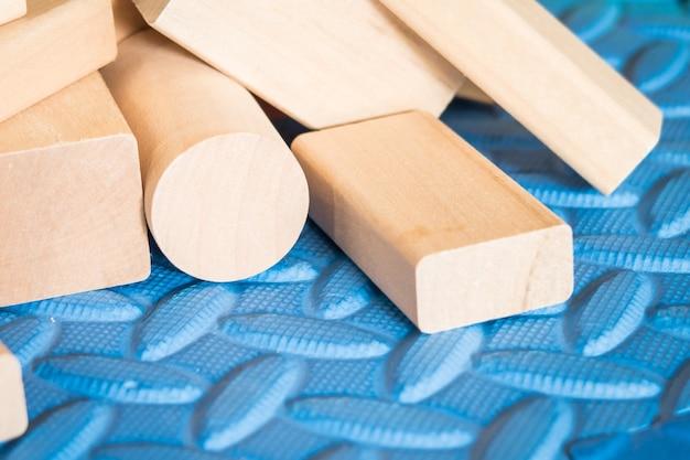 Деревянные игрушки на синем коврике