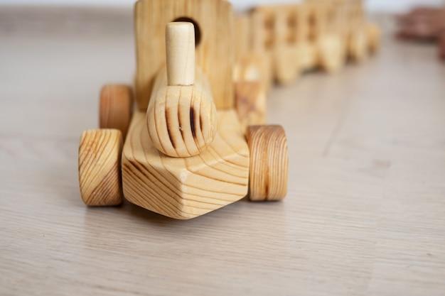 木製の電車。エコおもちゃ。教育玩具を持つ子供。初期の開発
