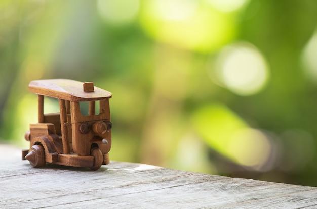 自然の中で木製の列車