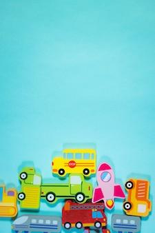 青い背景の木製輸送玩具車のおもちゃの背景
