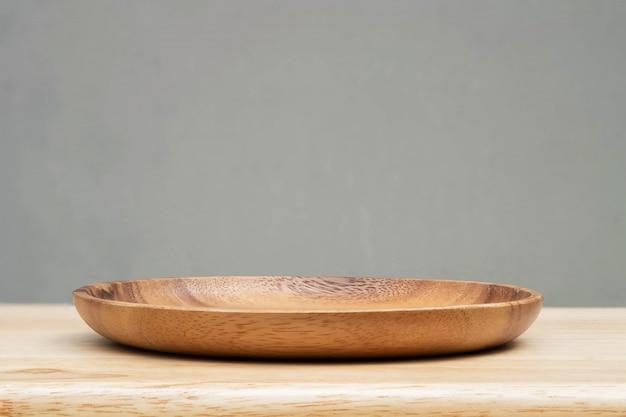 木製のテーブルと灰色の背景の木製トレイ。