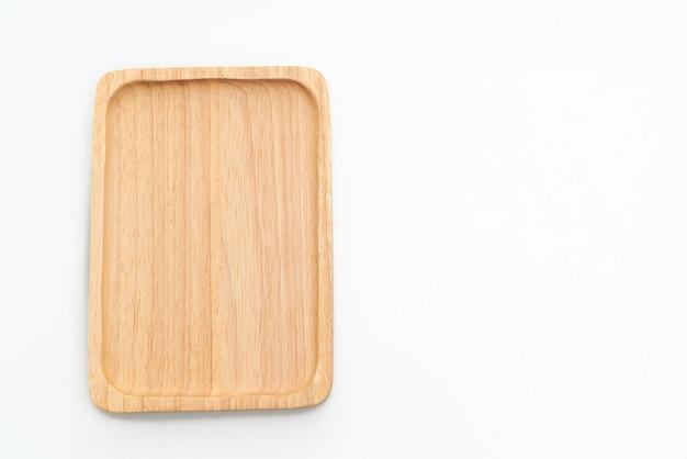 Деревянный поднос или тарелка, изолированные на белом фоне