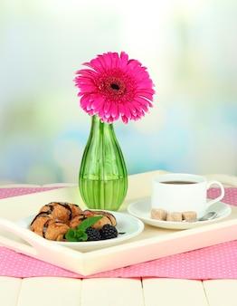 朝食付きの木製トレイ、木製のテーブル、明るい面