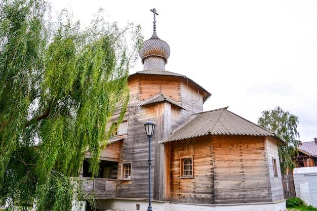木製トリニティ教会(1551年)。スヴィヤシュスクは、ヴォルガ川とスヴィヤガ川の合流点に位置する、ロシアのタタールスタン共和国の地方(セロ)です。