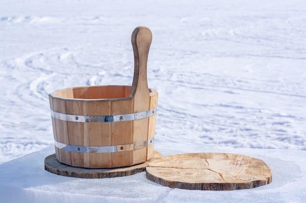 물에 대 한 나무 욕조는 얼음에 나무 줄기의 조각에 서